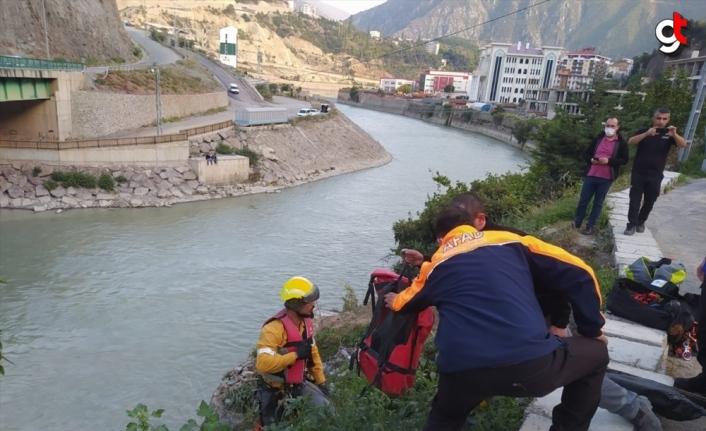 Artvin'de nehre düşen kedinin yardımına AFAD ekibi koştu