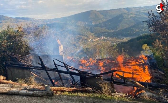 Karabük'te çıkan yangında tek katlı ev kullanılamaz hale geldi
