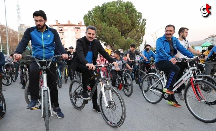 Tokat Belediye Başkanı Eyüp Eroğlu gençlere bisiklet hediye etti
