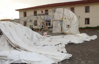 Amasya'da kermes çadırı rüzgar nedeniyle yıkıldı:...