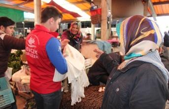 Bafra Gençlik Merkezi üyeleri bez torba dağıttı