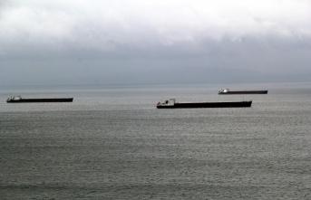 Karadeniz'de olumsuz hava nedeniyle yük gemileri...