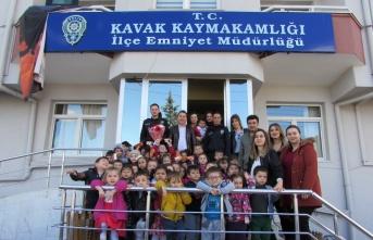 Kavak'ta minik öğrencilerden Emniyet Müdürlüğüne...