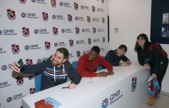 Trabzonsporlu futbolcular imza gününe katıldı