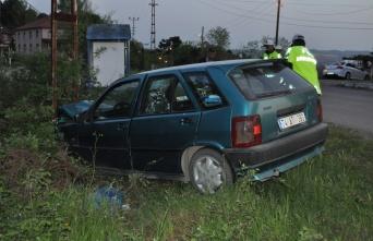 Bartın'da otomobil aydınlatma direğine çarptı:...