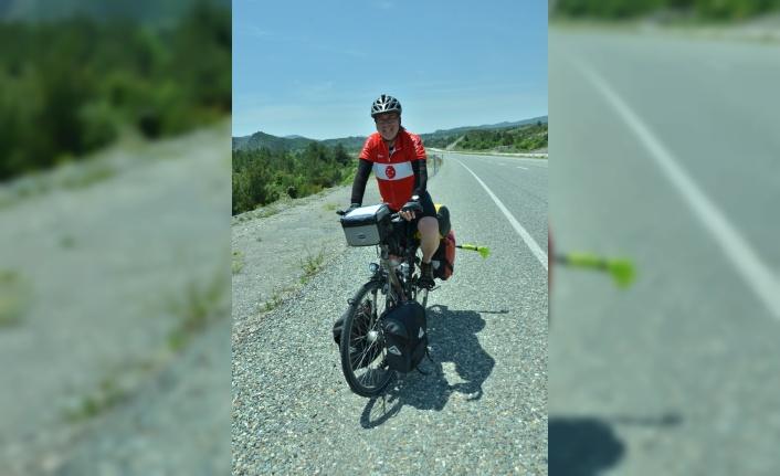 Bisikletli İngiliz ay yıldızlı tişörtüyle Türkiye'den geçiyor