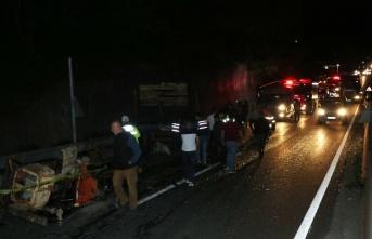 Düzce'de yolcu otobüsü traktörle çarpıştı:...