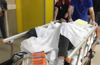 Geç gelen elektrikçiyi makasla sırtından yaralayan...