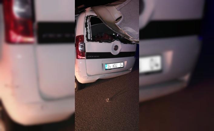 Hafif ticari araç tıra çarptı: 1 ölü, 2 yaralı