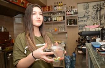 Kafedeki süs balıklarını telef eden karga