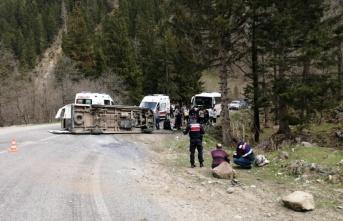 Öğrencileri geziye götüren minibüs devrildi: 10 yaralı