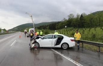 Otoyolda tankerle otomobil çarpıştı: 2 yaralı