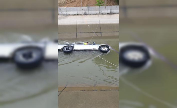 Su kanalına devrilen pikabın sürücüsü öldü