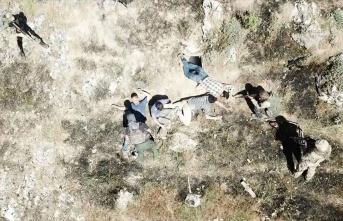 Mağarada sıkıştırılan PKK'lı 4 teröristin teslim olma anı görüntülendi