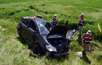 Otomobil devrildi, 2 kişi ölü, 3 kişi yaralandı