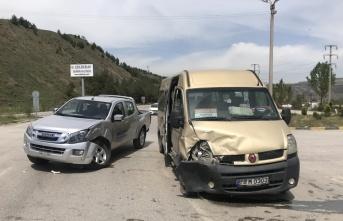 Yolcu minibüsü ile kamyonet çarpıştı: 4 yaralı