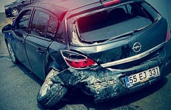 Çarşamba'da iki ayrı kazada araçlarda hasar oluştu.