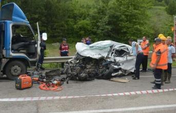 Kamyon ile otomobil çarpıştı 2 kişi öldü 1...