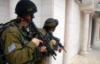 İsrail güçleri gece baskınlarında 20 Filistinliyi gözaltına aldı