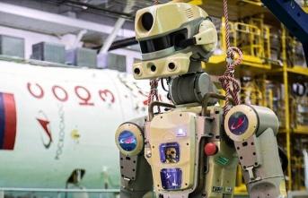Görevini uzayda tamamlayan insansı robot dünyaya...
