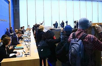 Almanya'da terör örgütü yandaşları basın toplantısını...