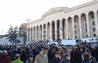 Gürcistan'da binlerce gösterici parlamento binasını...