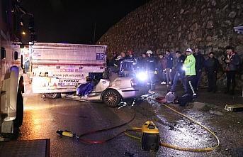 Otomobil, manevra yapan tır ile çarpıştı: 1 ölü,...