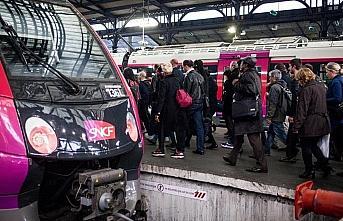 Fransa'da grevler yüzünden demir yolu şirketi 400...