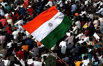 Hindistan'da gösteri düzenlemek isteyen öğrencilere...