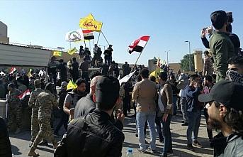 Iraklı protestocular ABD'nin Bağdat Büyükelçiliği...