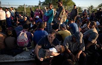 ABD'ye gitmek için yola çıkan binlerce göçmen...