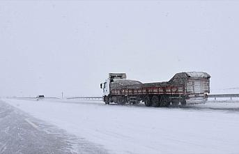 Doğu'da kar yağışı nedeniyle 491 yerleşim birimine...