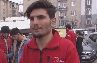 Elleriyle kazdığı enkazdan iki yaralı kurtaran Suriyeli Mahmud, Kızılay gönüllüsü oldu