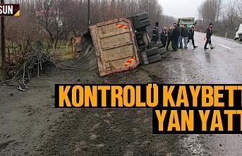 Samsun'da kum yüklü kamyon devrildi