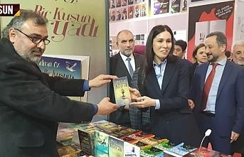 Adnan Öz, yeni kitabını Çiğdem Karaaslan'a hediye etti