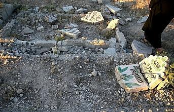 Esed güçleri 9 yıl sonra muhaliflerden aldıkları yerleşimlerde mezarlıkları da yıkıyor