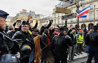 Fransa'da sarı yeleklilerin gösterilerinde 32 kişi...