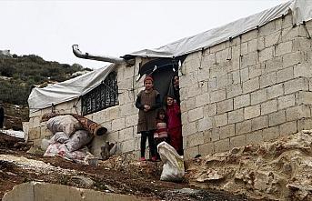 İdlib'deki evsizler çadırlarını nefesleriyle...