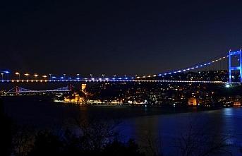 İstanbul'un iki köprüsü Kosova bayrağı renklerine...