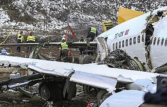 Pistten çıkan uçağın enkazını kaldırma çalışmaları...