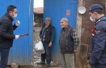 Ellerinde poşetlerle köy köy gezip 'hayır duası' alıyorlar