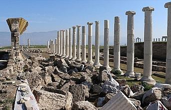 Laodikya Antik Kenti'nde 1750 yıllık freskli travertenler ayağa kaldırıldı