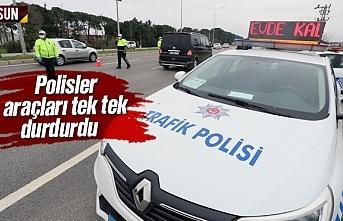 Samsun'da koronavirüs nedeniyle polisler araçları tek tek durdurdu