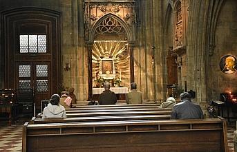 Almanya'da bir kilisedeki ayine katılan 40'den...