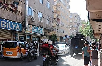 Diyarbakır'da silahlı saldırıya uğrayan polis...