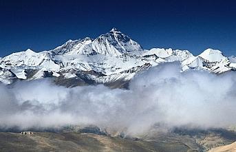Everest'in yüksekliğini ölçecek Çin ekibi zirveye...