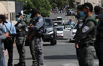 İsrail polisi Doğu Kudüs'te Filistinli bir genci...