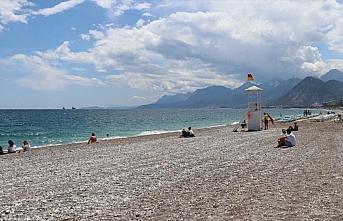 Antalya sahillerinde 'sosyal mesafeli' deniz ve güneş...