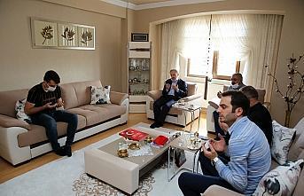 Bayburt Valisi Epcim şehit babalarını ziyaret etti