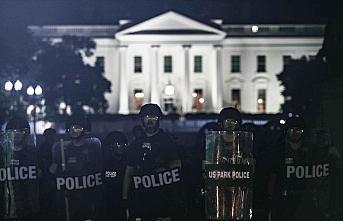 Beyaz Saray önündeki protestolar sırasında Trump'ın...